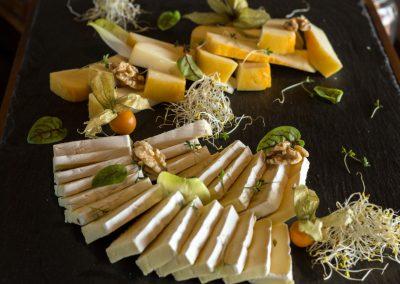 Výberové syry, sušené ovocie.