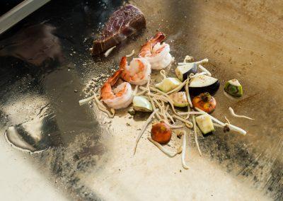 Steak z tuniaka, krevety a zelenina pripravované na tepane.