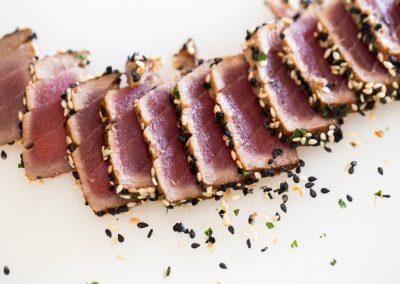 Tuniak v štýle tataki obalený v sezame.