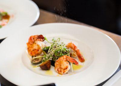 Krevety s grilovanou zeleninou.