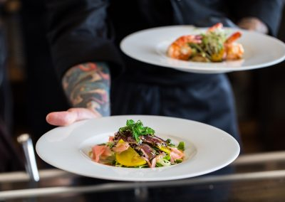Tataki tuniak na letnom šalátiku so žltou reďkovkou.