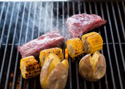 Flank steak, grilovaná kukurica, pečené baby zemiaky.