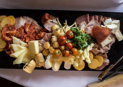 Obložená misa (výberové šunky, salámy, syry zdobené čerstvou zeleninou).